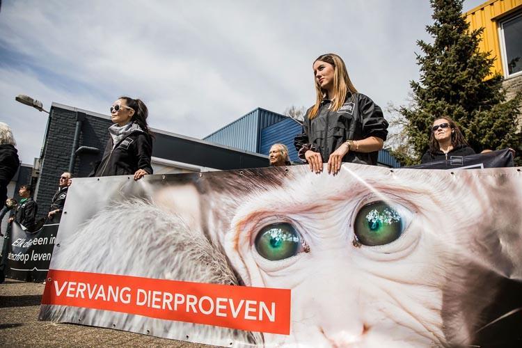 Animal Rights protest bij apenhandelaar Hartelust op Wereldproefdierendag. Fotocredit: Dario Endara.