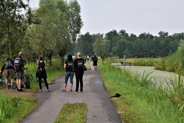 Met fietsen, toeters en camera's op pad.