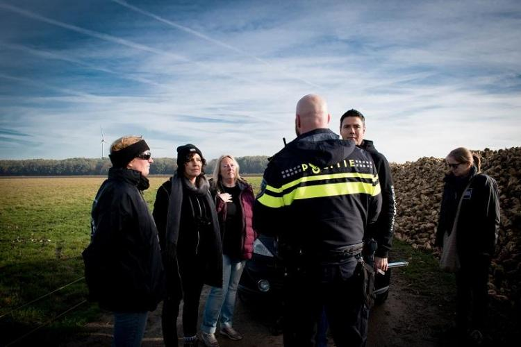 Coordinator Jeffrey Wijling in gesprek met de politie (2018).