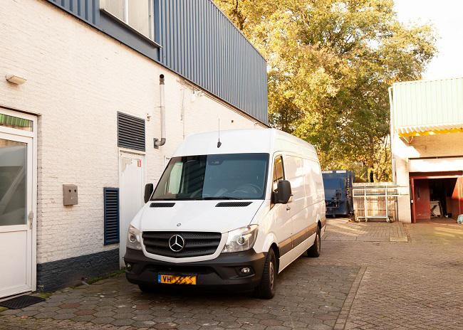 Op 8 november staat een van de twee busjes geparkeerd voor de ingang van de apenloods in Tilburg