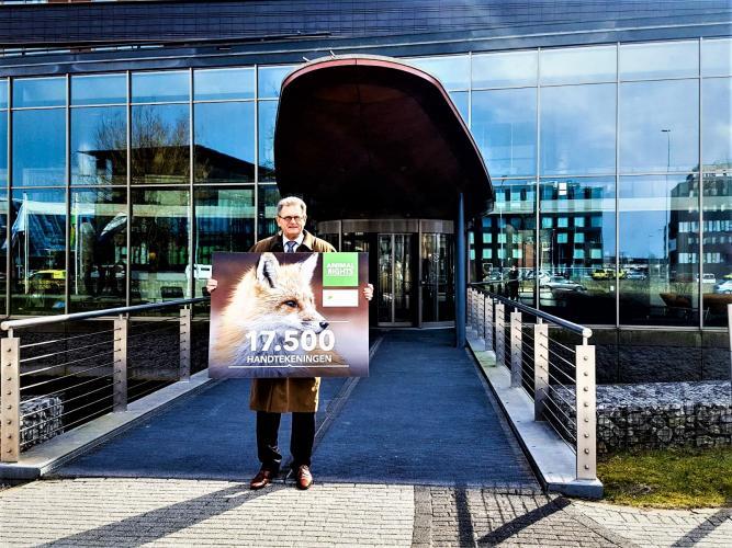 Animal Rights en Dierbaar Flevoland overhandigden 17.500 handtekeningen aan de provincie Flevoland
