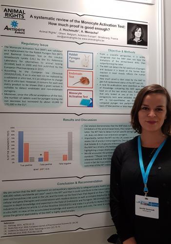Jen Hochmuth presenteert haar poster op Eurotox