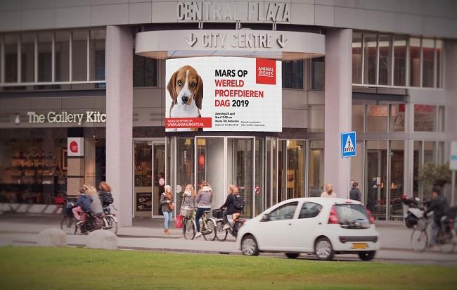 Oproep in het centrum van Rotterdam voor de mars op Wereldproefdierendag