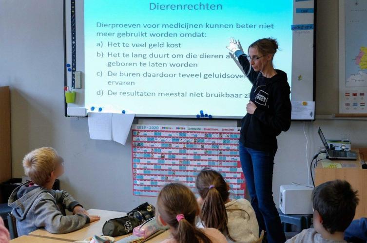 Animal Rights geeft lezingen, toespraken en gastlessen op school.