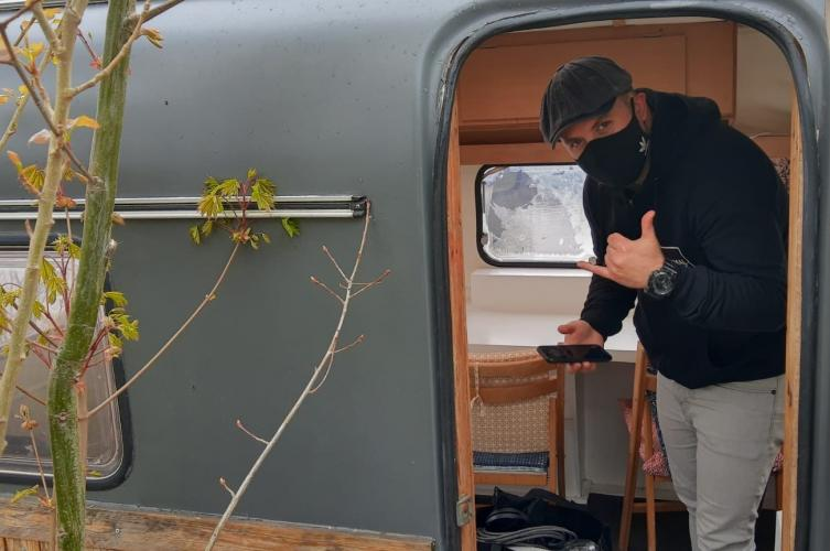 Konrad Szymanski in de podcast-caravan
