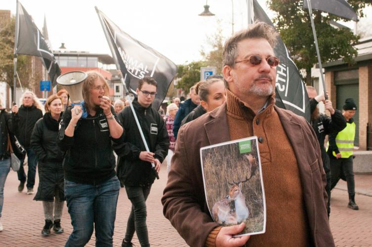 De mars door de straten van Zandvoort.