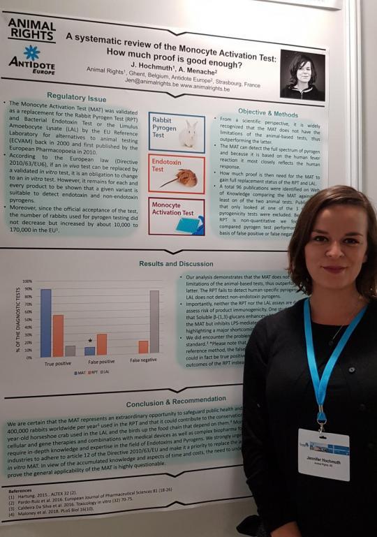 Posterpresentatie van Jen Hochmuth tijdens een congres over dierproefvrij onderzoek
